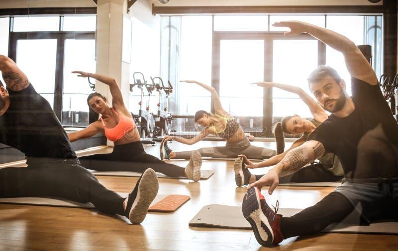 ejercicio Se divierte a gente en el gimnasio imagen de archivo libre de regalías