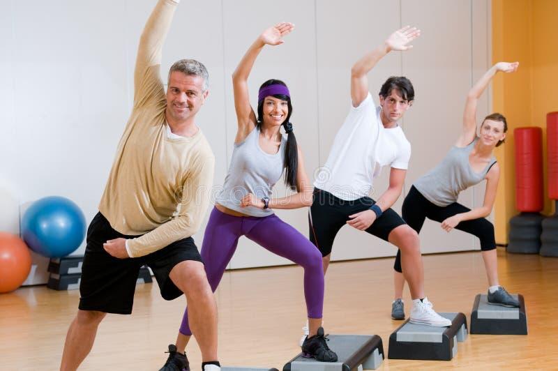 Ejercicios aerobios en la gimnasia imagen de archivo libre de regalías