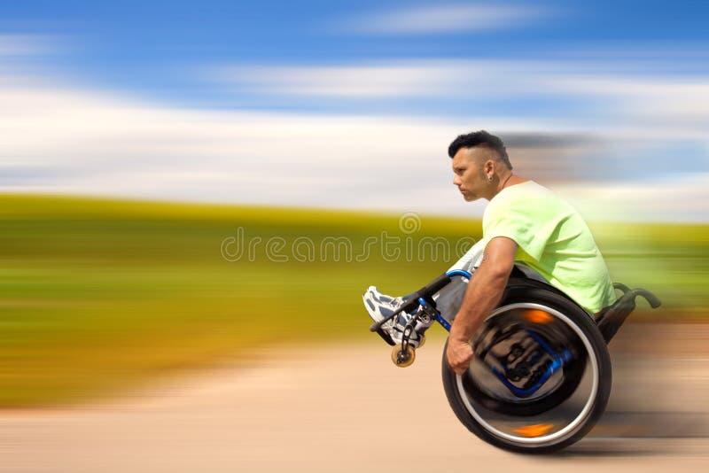 Ejercicios con la silla de ruedas foto de archivo libre de regalías