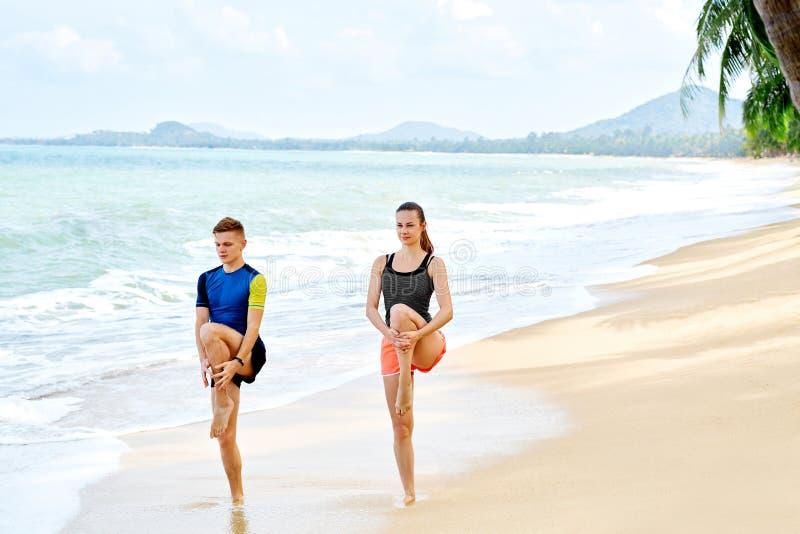Ejercicios de la aptitud El estirar de los pares Atleta Exercising deportes imagen de archivo libre de regalías
