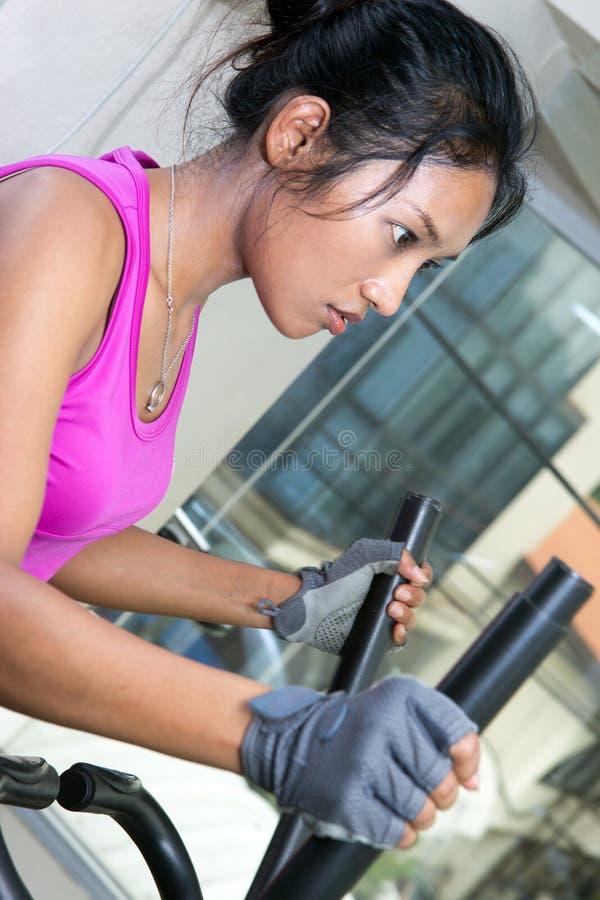 Ejercicios de la mujer en un gimnasio fotografía de archivo