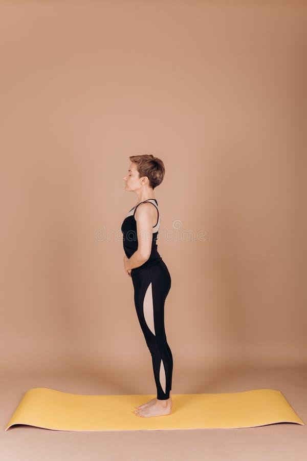 Ejercicios del carimat de los pilates de la yoga de la aptitud del deporte de la muchacha imágenes de archivo libres de regalías