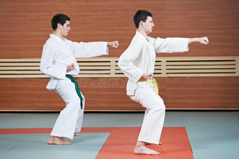 Ejercicios del Taekwondo en gimnasio fotos de archivo libres de regalías