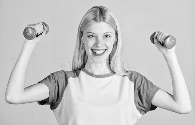 Ejercicios f?ciles con pesa de gimnasia Entrenamiento con pesa de gimnasia Ejercicios del b?ceps para la hembra Pesa de gimnasia  imágenes de archivo libres de regalías