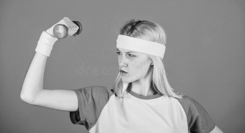 Ejercicios f?ciles con pesas de gimnasia Entrenamiento con pesas de gimnasia ?ltimo entrenamiento del cuerpo superior para las mu fotos de archivo libres de regalías