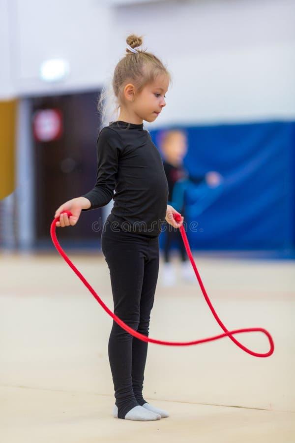 Ejercicios lindos que bailan con una cuerda imagen de archivo