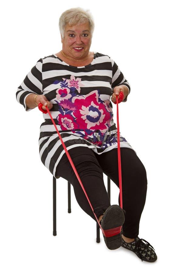 Ejercicios mayores femeninos de la mujer foto de archivo