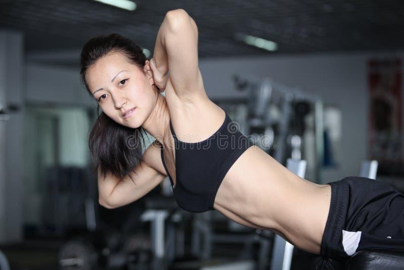 Ejercicios para consolidar los músculos abdominales imagenes de archivo