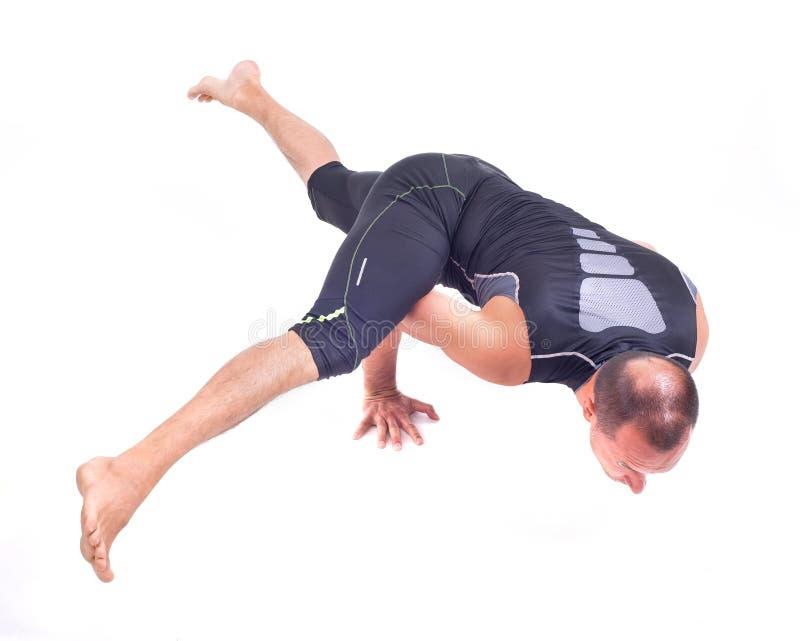 Ejercicios practicantes de la yoga:  Actitud del desafío - Koundiyanasana fotos de archivo libres de regalías