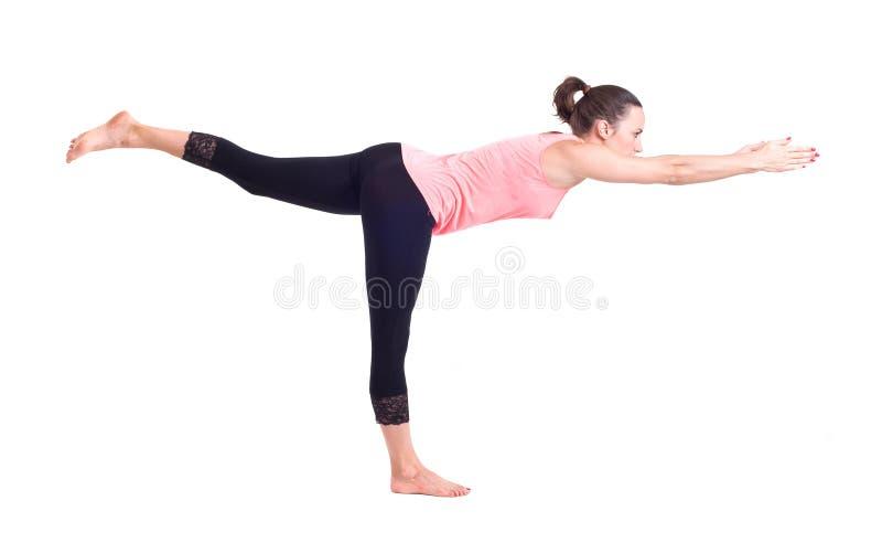Ejercicios practicantes de la yoga:  Actitud del guerrero - Virabhadrasana foto de archivo libre de regalías