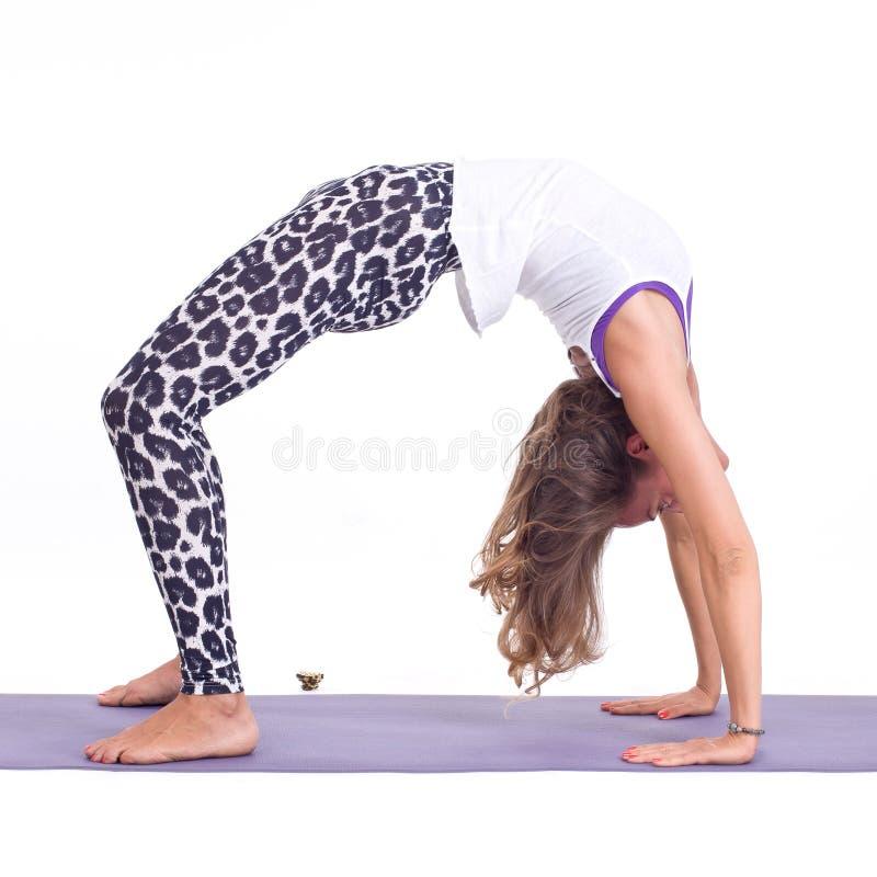 Ejercicios practicantes de la yoga:  Actitud del puente - Urdhva Dhanurasana foto de archivo libre de regalías