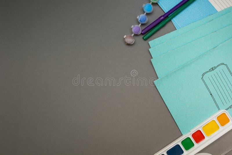Ejercite el libro y la pintura en un fondo gris fotografía de archivo libre de regalías
