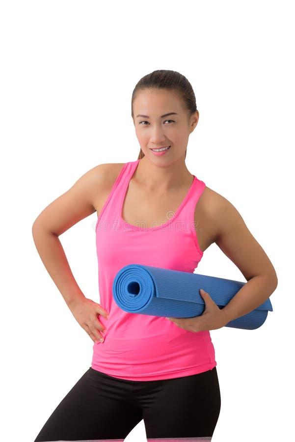 Ejercite a la mujer de la aptitud lista para el entrenamiento que se coloca que lleva a cabo la yoga m imagen de archivo libre de regalías