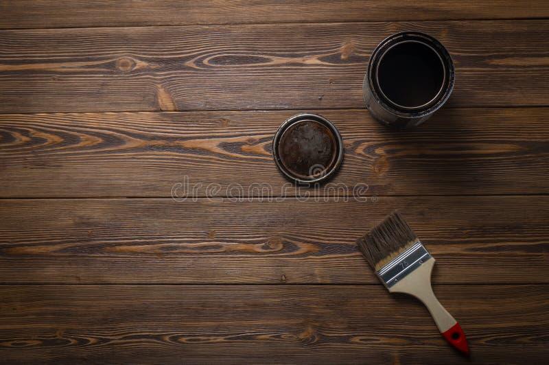 Ejerza la actividad bancaria con un aceite especial para la impregnación de protección de madera fotografía de archivo libre de regalías