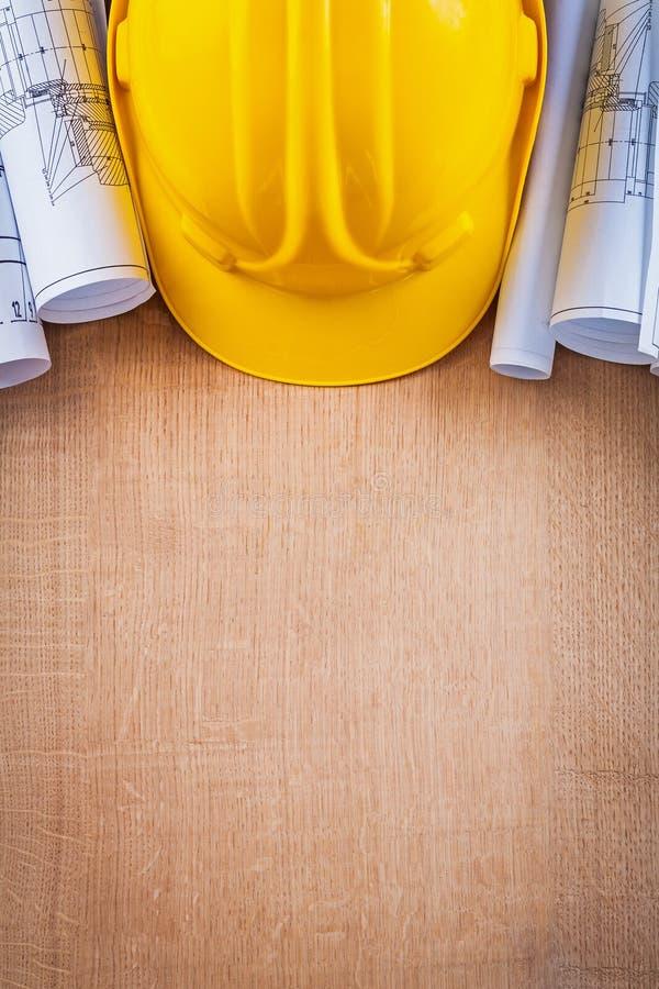 Ek- träbräde med den gula hårda hatten och arkivbilder