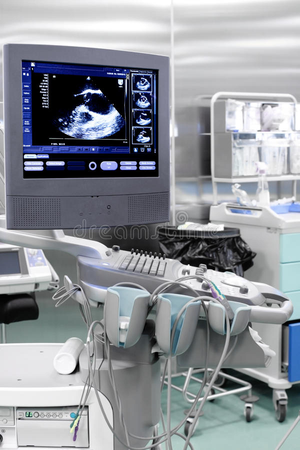 Eka maskinen (för ultraljud) med bilden av hjärta royaltyfria bilder