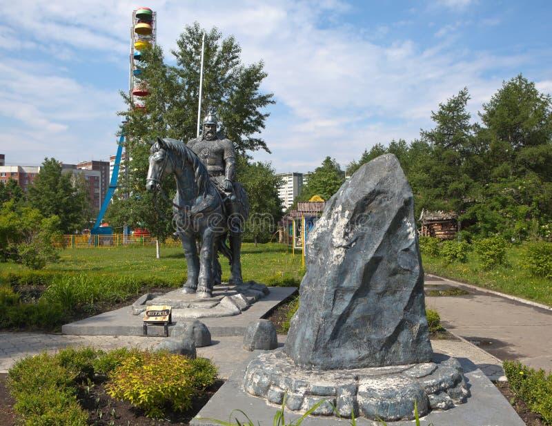 EKATERIMBURGO, RUSIA - 2 DE JUNIO DE 2015: Foto de la escultura Ilya Muromets en el parque de Tagansky de los cruces imagen de archivo libre de regalías