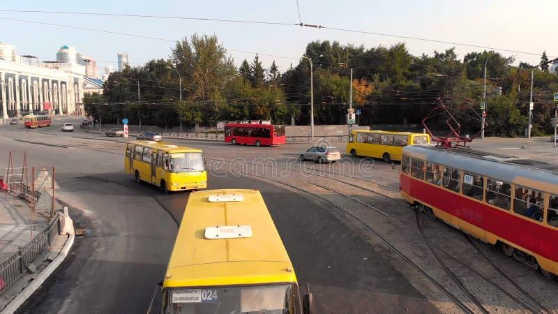 Ekaterimburgo, Rusia - junio de 2018: Transporte urbano existencias Metrópoli moderna con la intersección del tráfico foto de archivo
