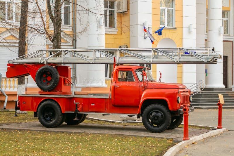 Ekaterimburgo, Sverdlovsk Rusia - 10 23 2018: El coche de bomberos ruso viejo y el instituto de Ural del servicio de incendios de fotos de archivo