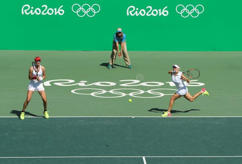 Ekaterina Makarova (l) y Elena Vesnina de Rusia en la acción durante el final de los dobles de las mujeres de la Río 2016 imagenes de archivo