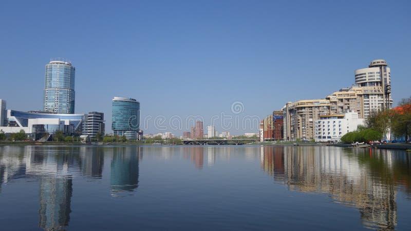 Ekaterinburg, case moderne di varie forme sulla sponda del fiume immagine stock