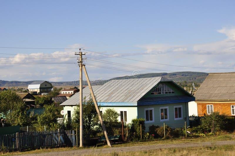 Ekaterinburg, Rússia 1º de setembro de 2017 Casas do subúrbio Tempo fino foto de stock royalty free