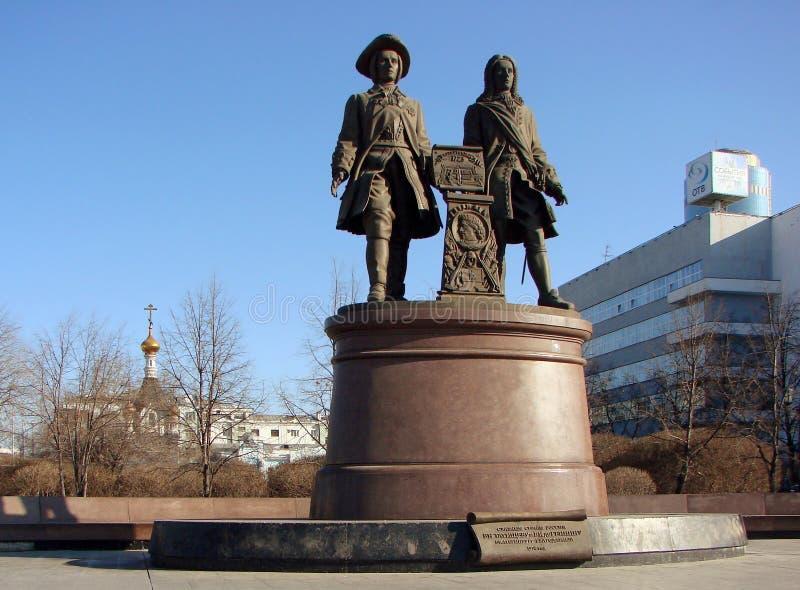 EKATERINBURG RYSSLAND - FEBRUARI 27, 2012: Foto av monumentet Tatishchev och de Gennin royaltyfri fotografi