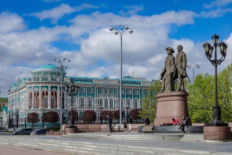 Ekaterinburg Ryssland - Juni 2018 monument till Tatishchev och De Genninou och Dom Sevast `-yanova i Ekaterinburg 2018 royaltyfri fotografi