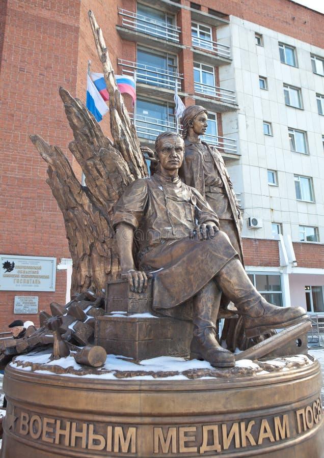EKATERINBURG RYSSLAND - OKTOBER 21, 2015: Foto av monumentmilitärläkare arkivbild