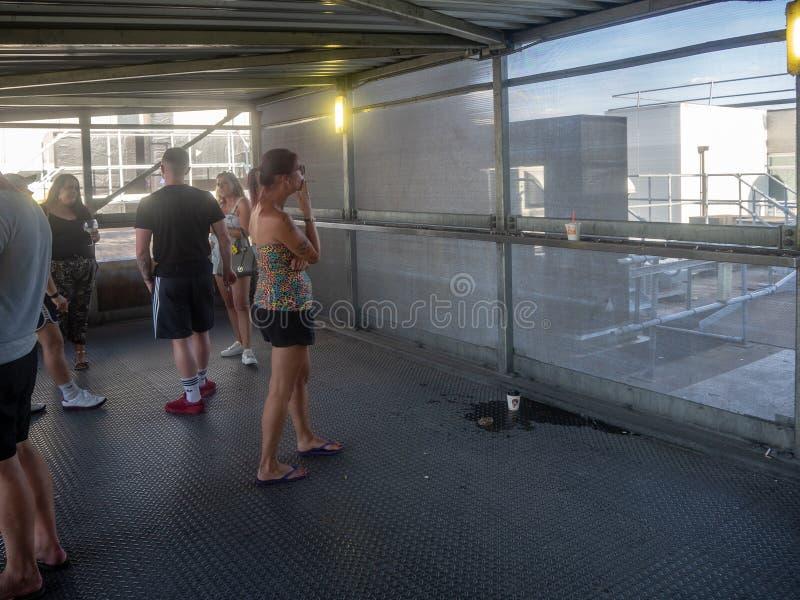 Ekelnde Raucherzone am Flughafen lizenzfreies stockfoto