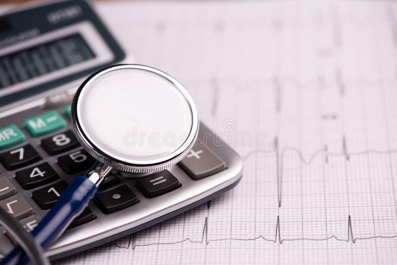 EKG mit dem Stethoskop und Taschenrechner, die Kosten Gesundheitswesen zeigen stockfotos