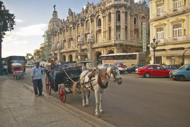 Ekipaget som väntar för att ta turister turnerar på, av den gamla havannacigarren, Kuba royaltyfri bild