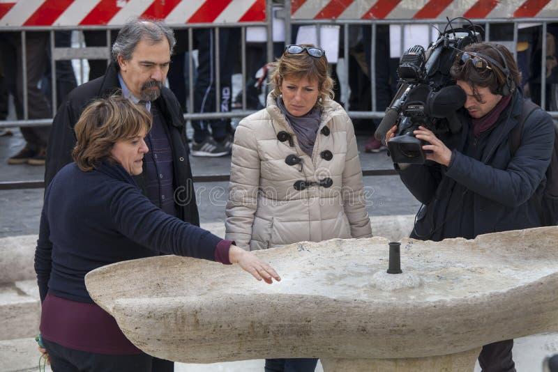 ekipy telewizyjnej Włoska krajowa sieć Fontanna uszkadzająca Holenderskimi piłek nożnych fan Feyenoord rome zdjęcie royalty free
