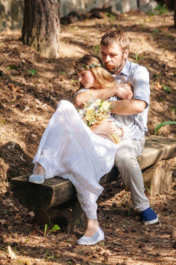 Eklektische rustikale Hochzeitspaare lizenzfreies stockbild