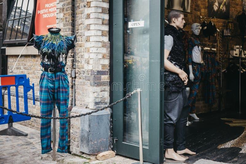 Eklektyk odziewa na mannequin na zewnątrz sklepu w Camden miasteczku, Londyn, UK obrazy royalty free