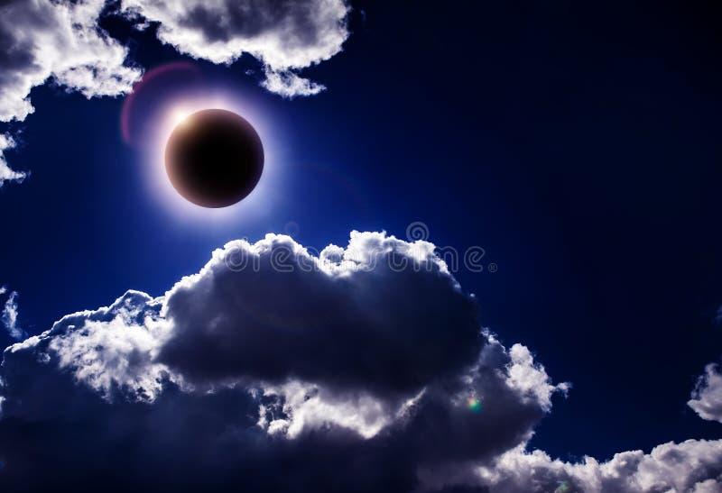 Eklipse in den Wolken stockfotografie