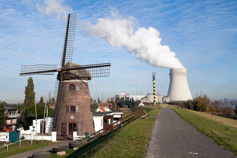 ekologiczny elektrowni nuklearnej władzy wiatraczek obraz royalty free