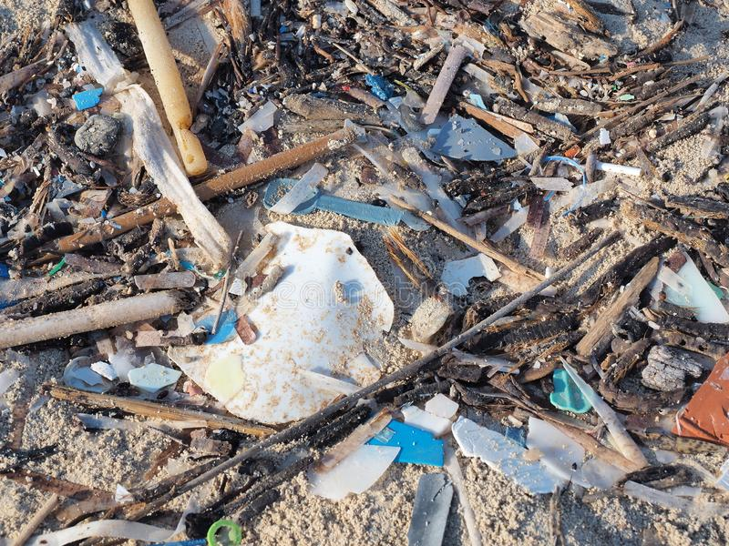 ekologisk milj?fotof?rorening f?r kris Sandstränder som förorenas med stycken av plast- avfalls Mikroplast-skräp på stranden fotografering för bildbyråer
