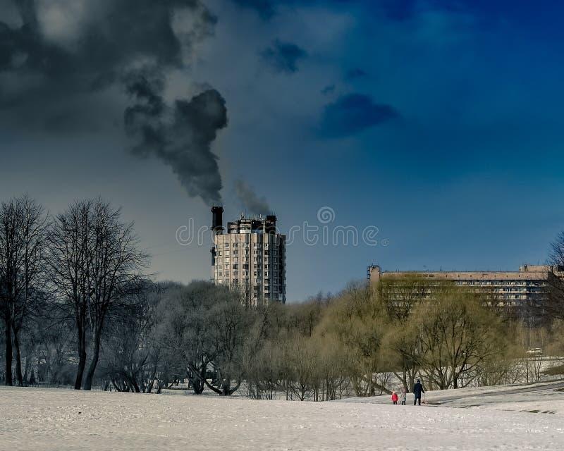 Ekologiska problem och luftförorening i moderna städer royaltyfri bild