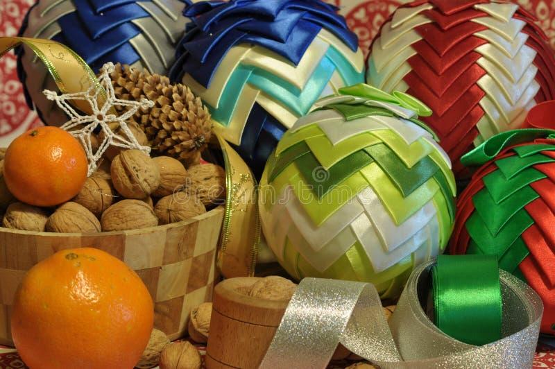 ekologiskt trä för julgarneringar Jul julhelgdagsaftongåvor semestrar många prydnadar prydnadar för handbell för jul för bollaskf royaltyfri fotografi