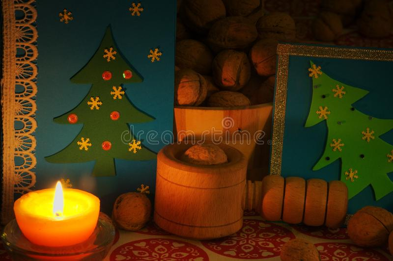 ekologiskt trä för julgarneringar julhelgdagsaftongåvor semestrar många prydnadar kortjul som greeting arkivbild
