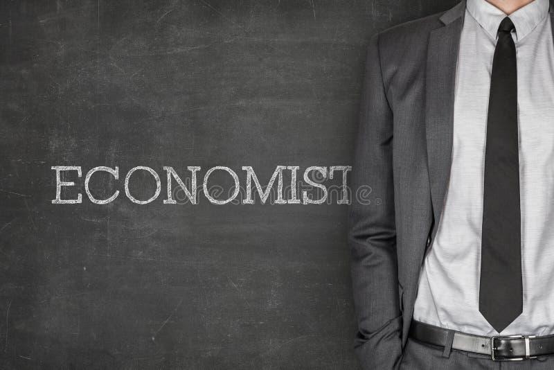 Ekonom på svart tavla arkivfoto