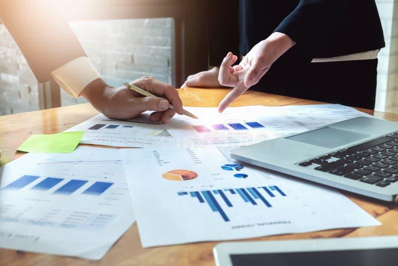 Ekonomiczne biznesowe dyskusje, biznes drużyna analizuje planować marketingowego pojęcie z używać komputer, dochodów wykresy i ma zdjęcie royalty free