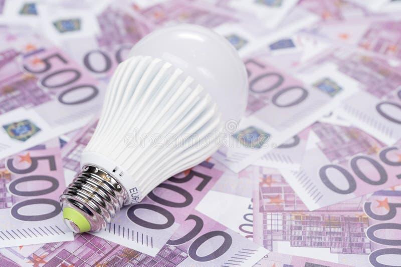 Ekonomisk ledd lampa på pengarna royaltyfria bilder
