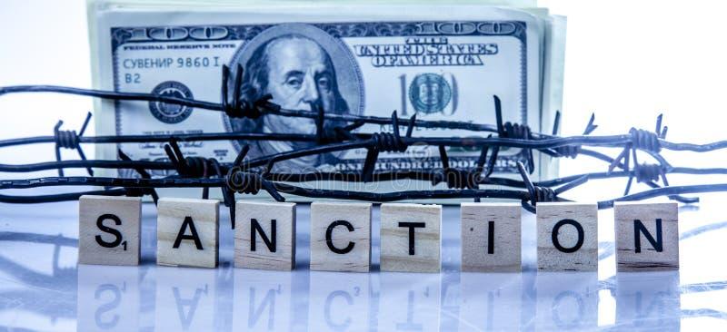 Ekonomiskt krig, sanktioner och handelsförbud som slår sönder begrepp US dollarpengar som slås in, i försett med en hulling - trå royaltyfri fotografi