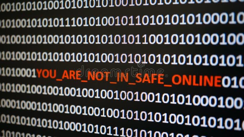 Ekran komputerowy strzelał z binarnym kodem, ostrzegawczym tekst, pojęcie dla komputeru, technologia i online ochrona, obraz royalty free