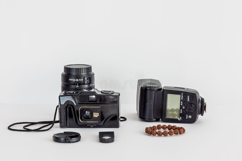 Ekranowa kamera, obiektyw, zewnętrznie błysk i bransoletka na odosobnionym tle, zdjęcia royalty free