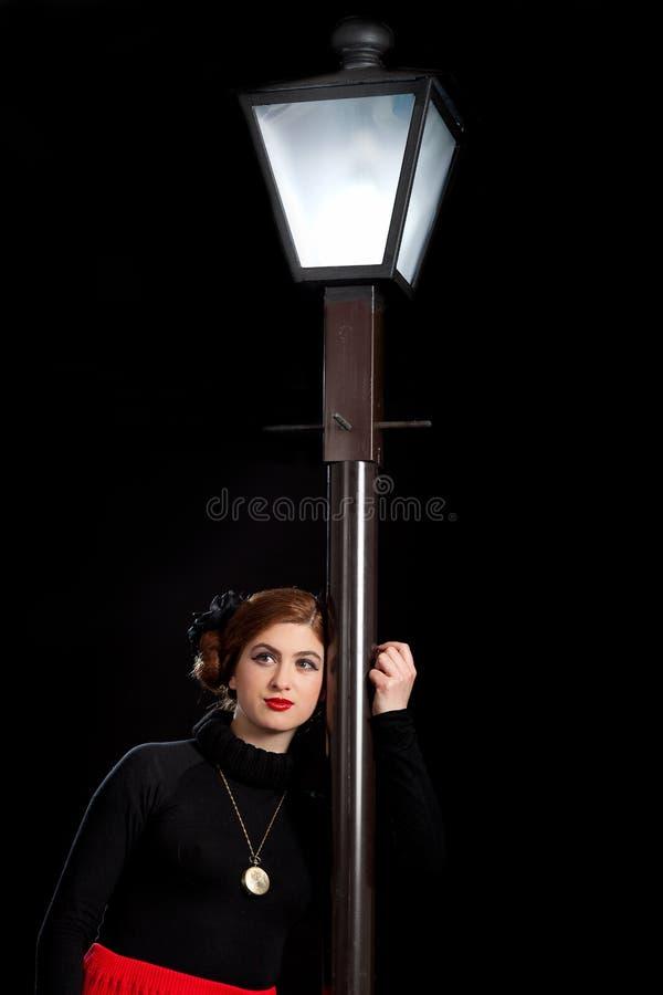 Ekranowa noir dziewczyna zaświecający uliczny lampion fotografia stock