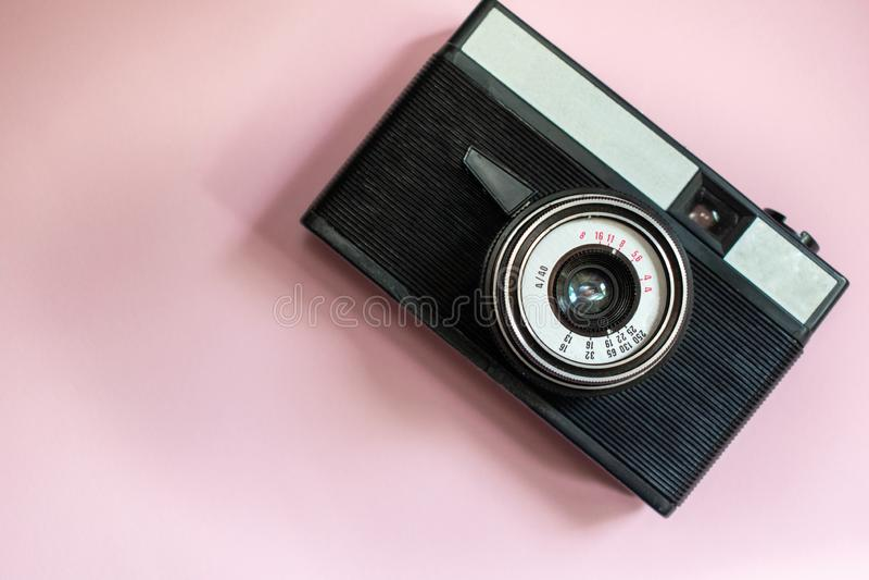 Ekranowa retro kamera na różowym tle 1 fotografia royalty free