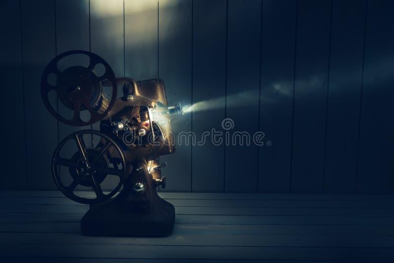 Ekranowy projektor z dramatycznym oświetleniem zdjęcie royalty free